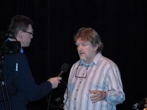 Alex in gesprek met presentator Bert Smit van RTV Blauwestad
